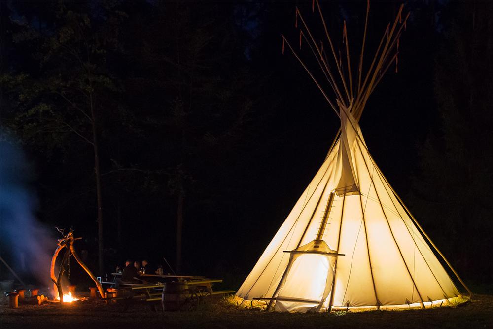 Übernachten im echten Indianer Tipi